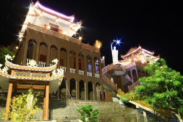 cảnh chùa ban đêm