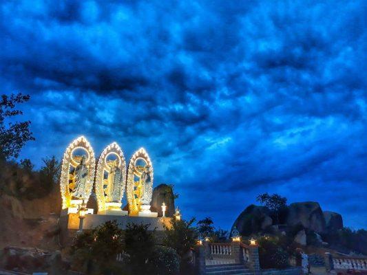 cảnh chùa vào ban đêm